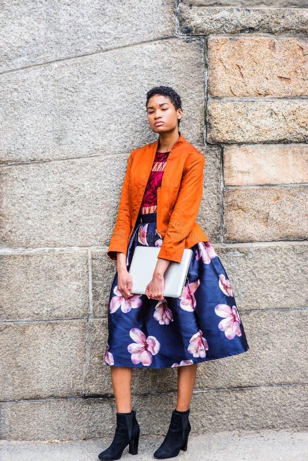 Mujer afroamericana joven que piensa afuera en Nueva York imagen de archivo