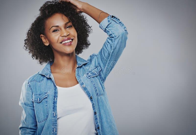 Mujer afroamericana joven vivaz feliz imagenes de archivo