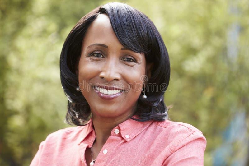 Mujer afroamericana mayor sonriente, horizontal, retrato foto de archivo libre de regalías