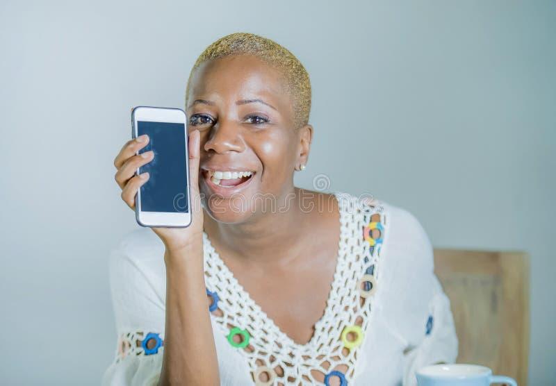 Mujer afroamericana negra atractiva y feliz joven aislada ho fotografía de archivo