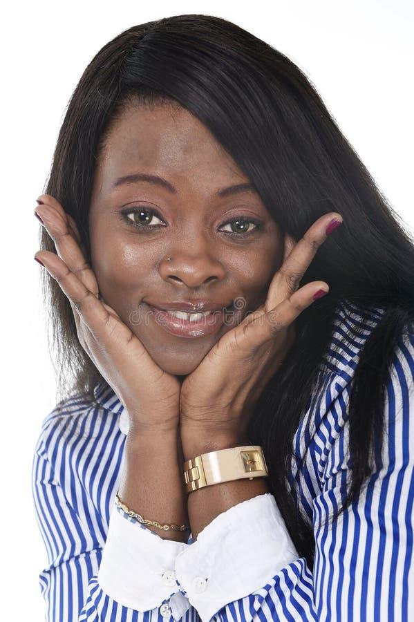 Mujer afroamericana negra hermosa joven de la pertenencia étnica que plantea en la sonrisa de mirada feliz de la cámara imagen de archivo