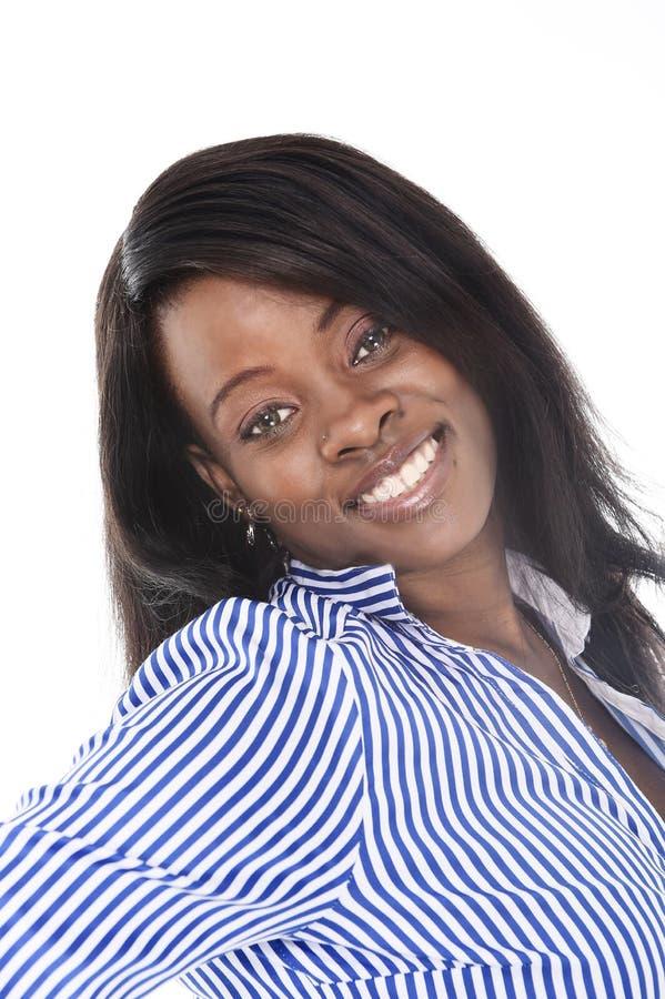 Mujer afroamericana negra hermosa joven de la pertenencia étnica que plantea en la sonrisa de mirada feliz de la cámara fotos de archivo libres de regalías