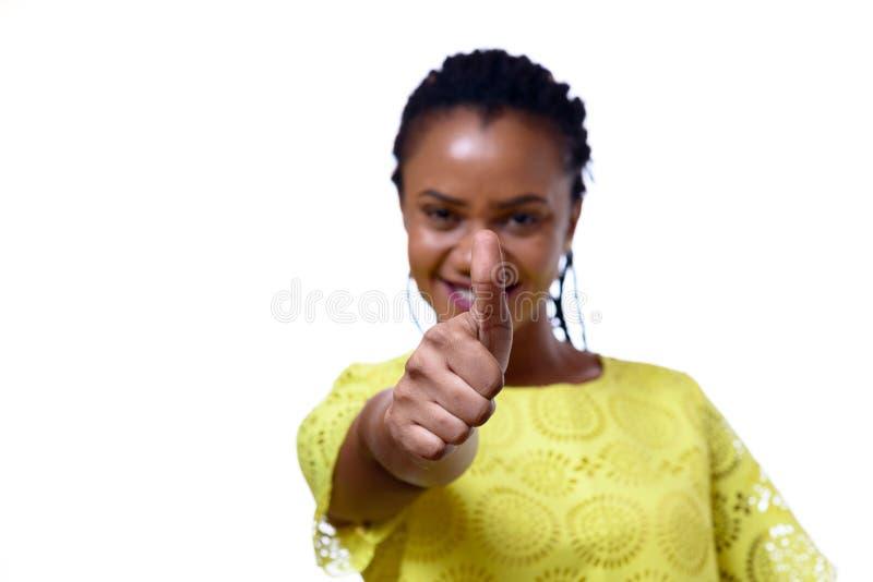 Mujer afroamericana que da el pulgar para arriba fotos de archivo libres de regalías