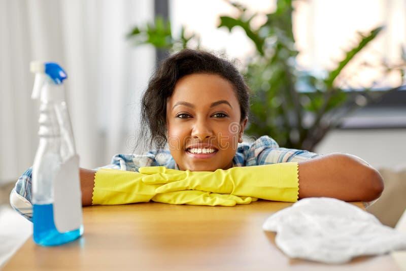 Mujer afroamericana que limpia en casa fotos de archivo