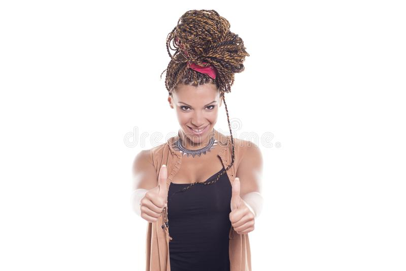 Mujer afroamericana que sonríe, gesticulando los pulgares para arriba fotografía de archivo