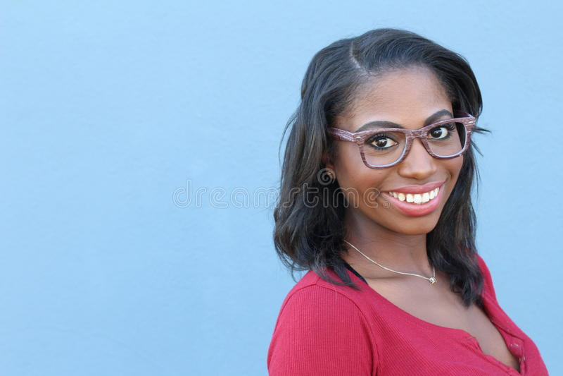 Mujer afroamericana que sonríe y que ríe fotos de archivo