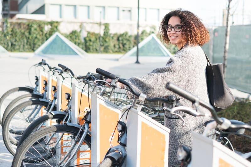 Mujer afroamericana que toma una bicicleta imágenes de archivo libres de regalías