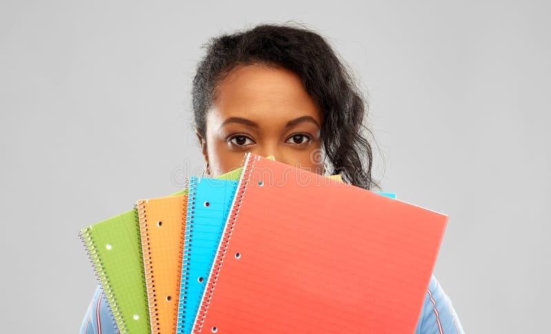 Mujer afroamericana tímida del estudiante con los cuadernos imagen de archivo libre de regalías