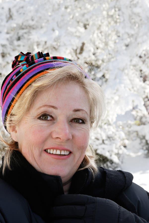 Mujer afuera en día nevoso fotografía de archivo