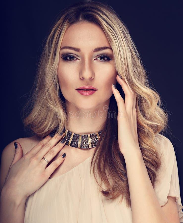 Mujer agraciada de la moda hermosa del maquillaje con el collar moderno y foto de archivo