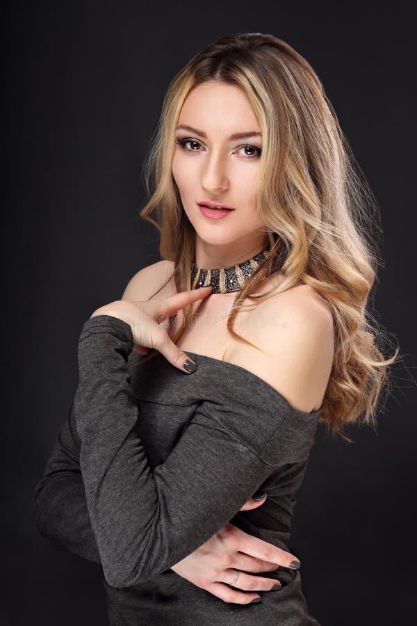 Mujer agraciada elegante del maquillaje hermoso en collar de la moda y clavos manicured fotografía de archivo libre de regalías