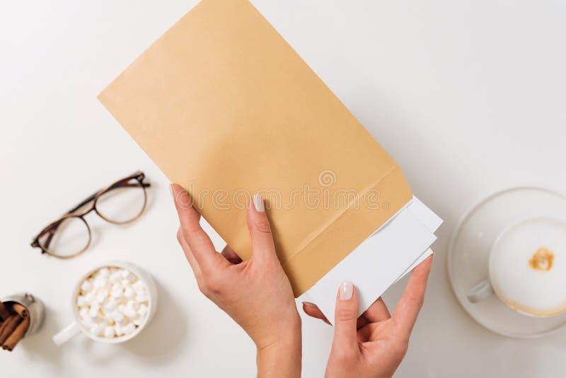 Mujer agradable agradable que envía letras imágenes de archivo libres de regalías