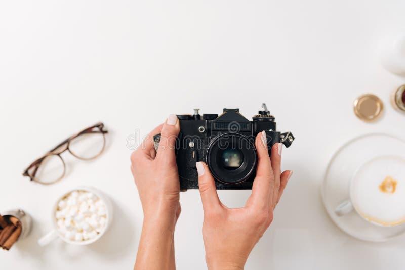 Mujer agradable agradable que sostiene una cámara de la foto imágenes de archivo libres de regalías