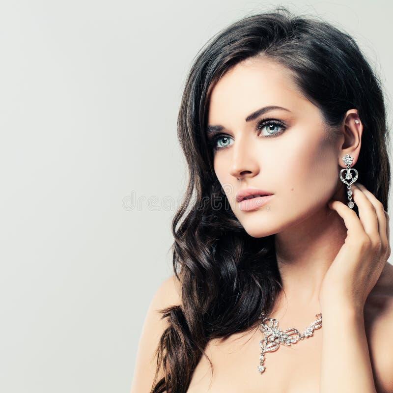 Mujer agradable con Diamond Necklace y los pendientes foto de archivo