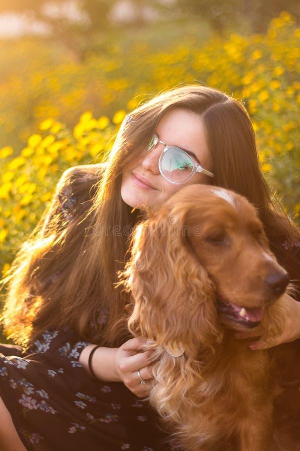 Mujer agradable con el perro rojo Amante del animal doméstico, señora y su mejor amigo en un paseo imagen de archivo libre de regalías