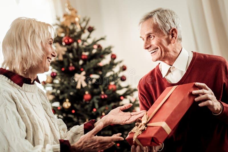 Mujer agradable feliz que mira el marido y la sonrisa fotos de archivo libres de regalías
