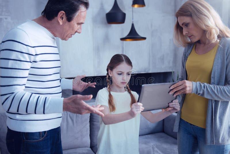 Mujer agradable agradable que toma una tableta imágenes de archivo libres de regalías