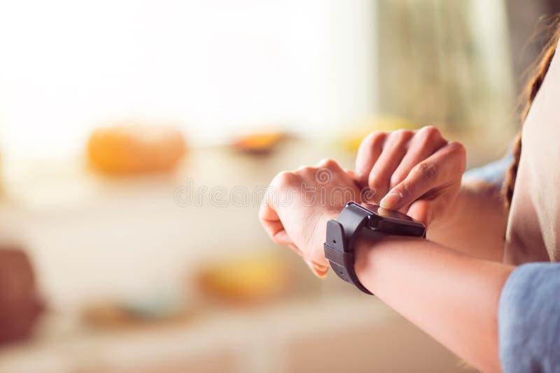 Mujer agradable que usa el reloj elegante imagen de archivo libre de regalías