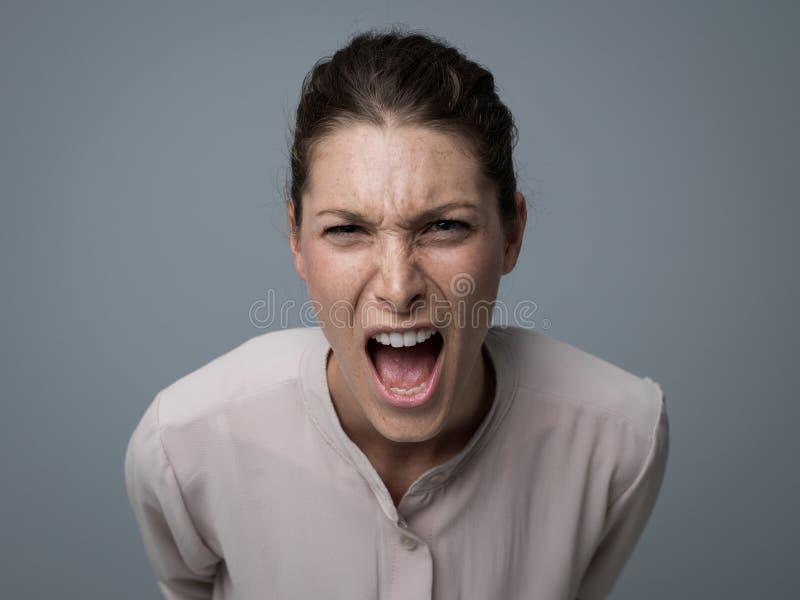 Mujer agresiva que grita en la cámara foto de archivo