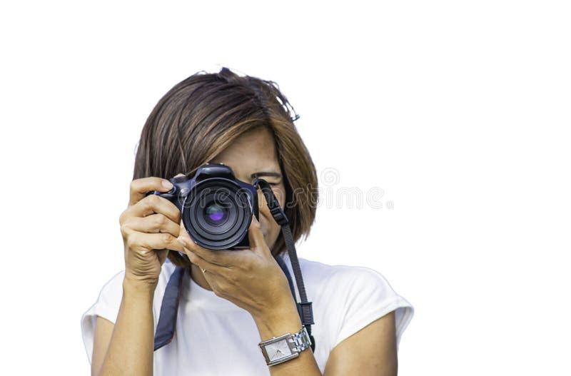 Mujer aislada de la mano que sostiene la cámara que toma imágenes en un fondo blanco con la trayectoria de recortes fotografía de archivo libre de regalías