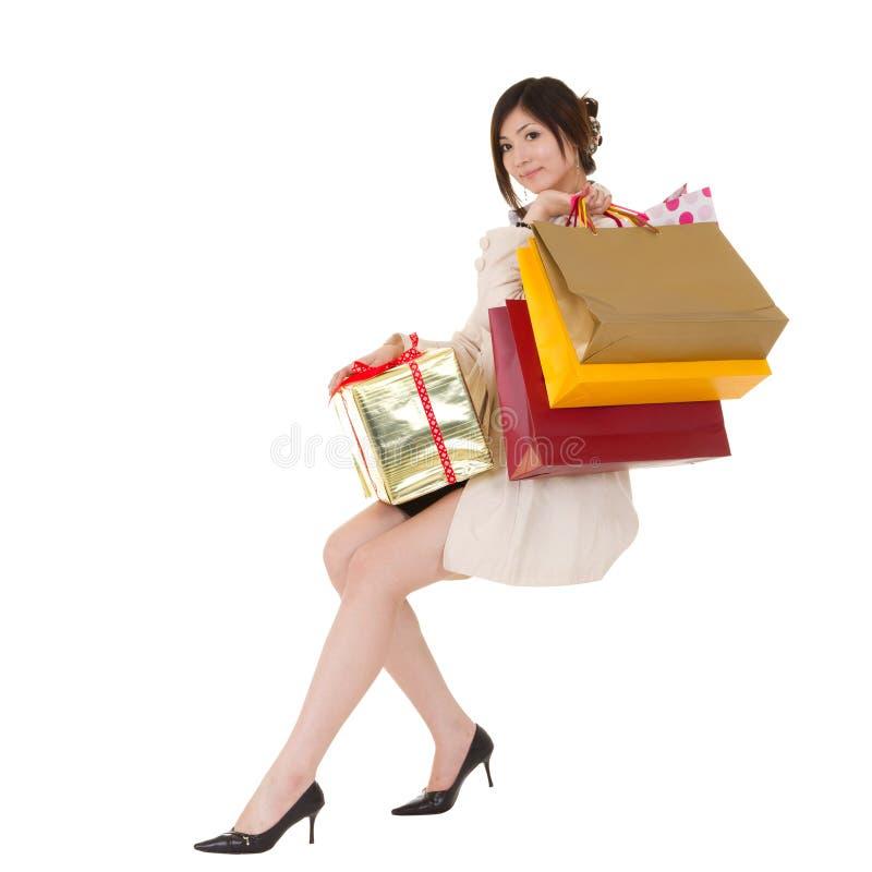 Mujer aislada de las compras que se sienta fotos de archivo