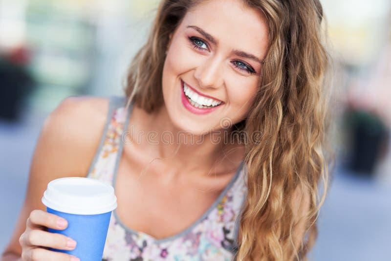 Mujer al aire libre con café imagenes de archivo