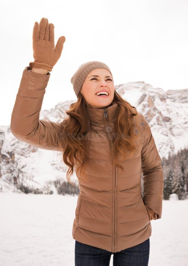 Mujer al aire libre entre las montañas coronadas de nieve que llaman alguien fotos de archivo libres de regalías