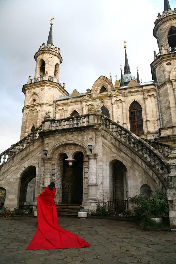 Mujer al lado del castillo foto de archivo libre de regalías