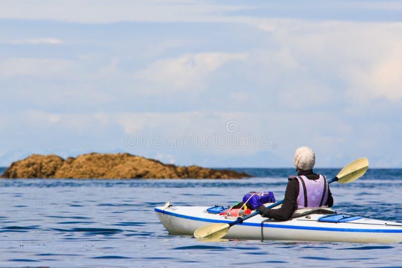 Mujer Alaska Kayaking imágenes de archivo libres de regalías
