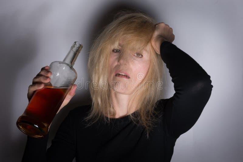 Mujer alcohólica fotos de archivo libres de regalías