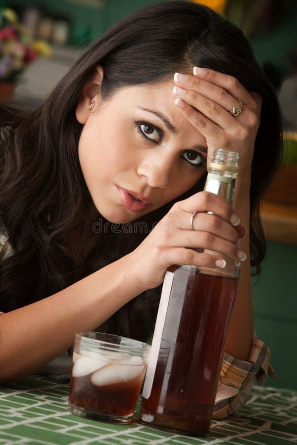 Mujer alcohólica de Latina foto de archivo