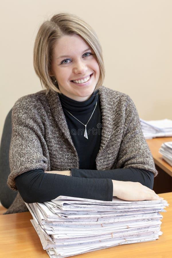 Mujer alegre con la pila de documentos de papel imágenes de archivo libres de regalías