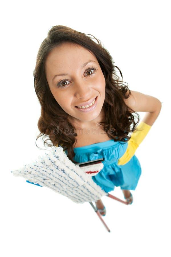 Mujer alegre con las fregonas de la limpieza imagen de archivo
