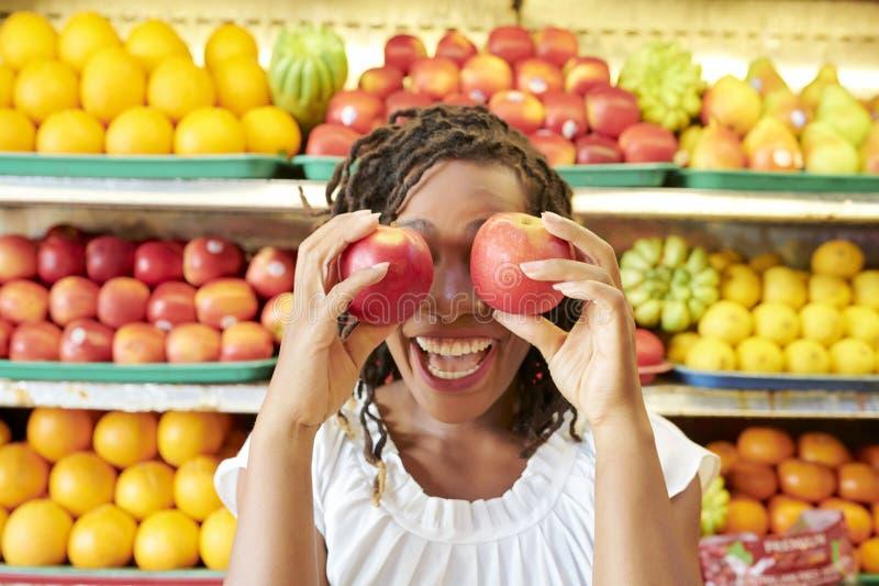 Mujer alegre con las manzanas frescas fotos de archivo