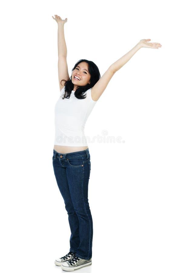 Mujer alegre con los brazos levantados imagen de archivo libre de regalías