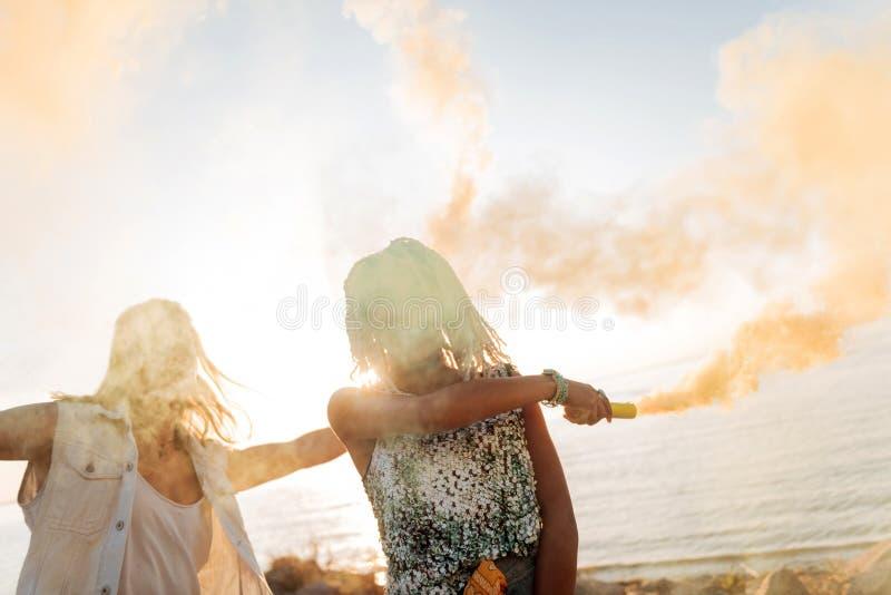 Mujer alegre con los dreadlocks blancos que van locos con su novio fotos de archivo