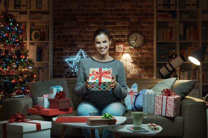 Mujer alegre con muchos regalos de la Navidad imagen de archivo