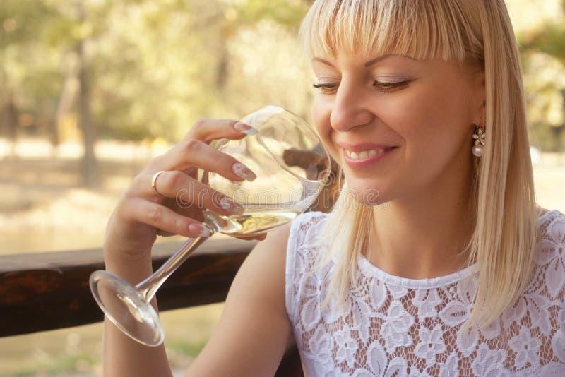 Mujer alegre con un vidrio de vino blanco fotografía de archivo libre de regalías