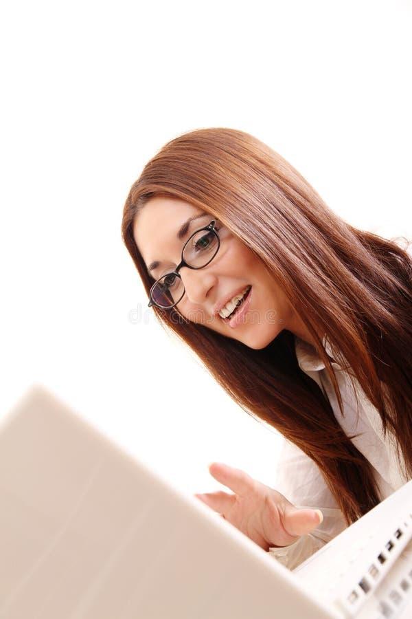 Mujer alegre con una computadora portátil fotos de archivo libres de regalías