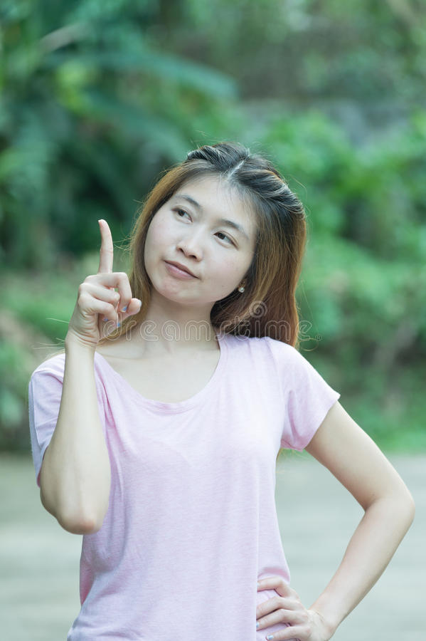 Mujer alegre de Asia que piensa y que mira para arriba con la alta aspiración fotografía de archivo