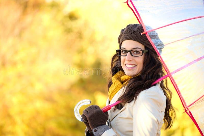 Mujer alegre de la moda con el paraguas que disfruta de otoño fotos de archivo libres de regalías