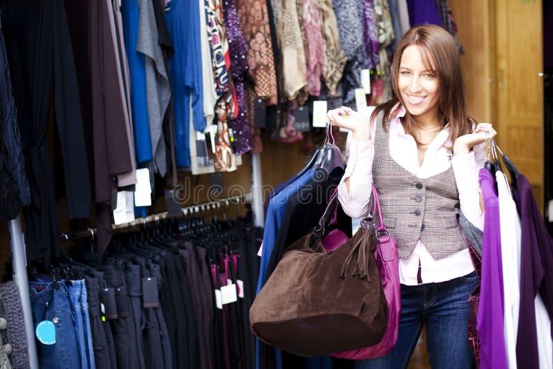 Mujer alegre de las compras fotografía de archivo