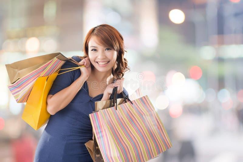 Mujer alegre de las compras foto de archivo