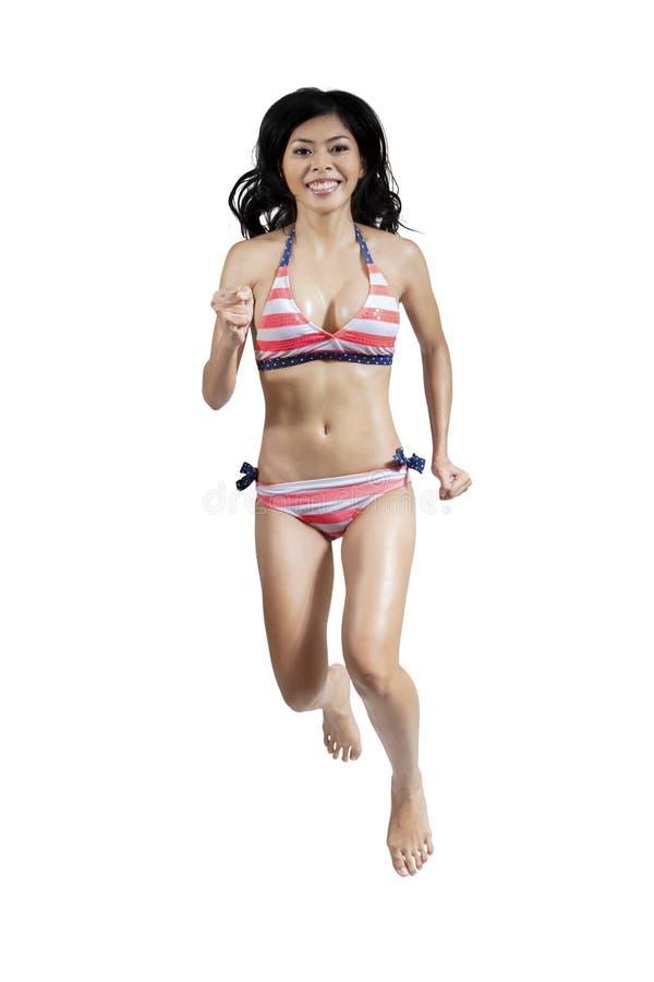 Mujer alegre en el bikini atractivo 1 imagen de archivo