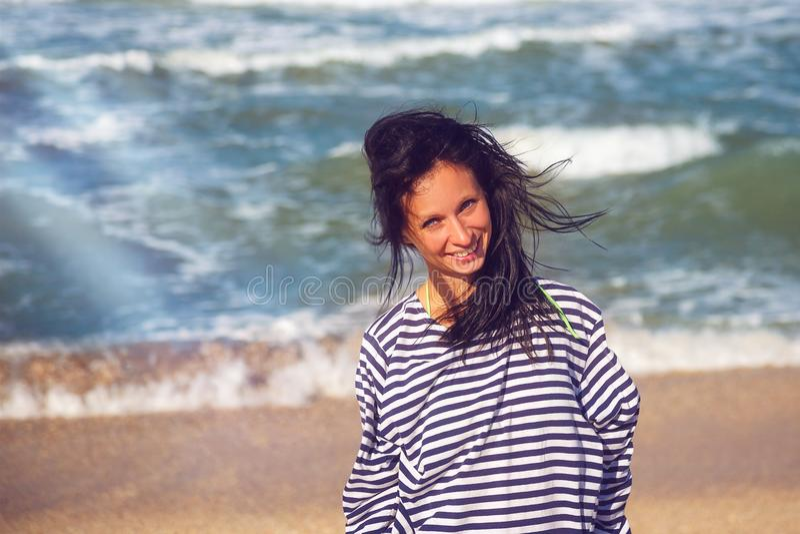 Mujer alegre en la playa, retrato hermoso fotografía de archivo libre de regalías
