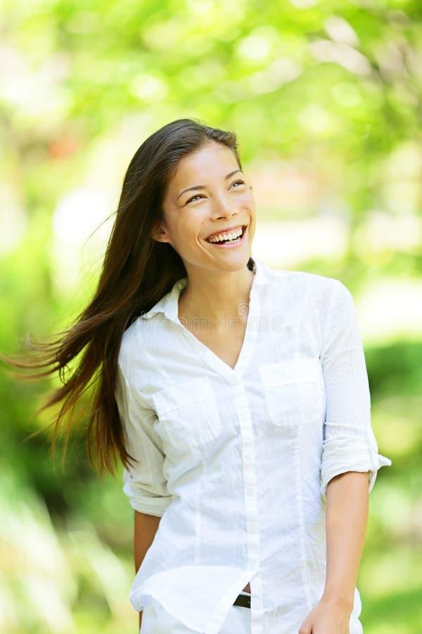 Mujer alegre en un parque de la primavera o del verano foto de archivo libre de regalías
