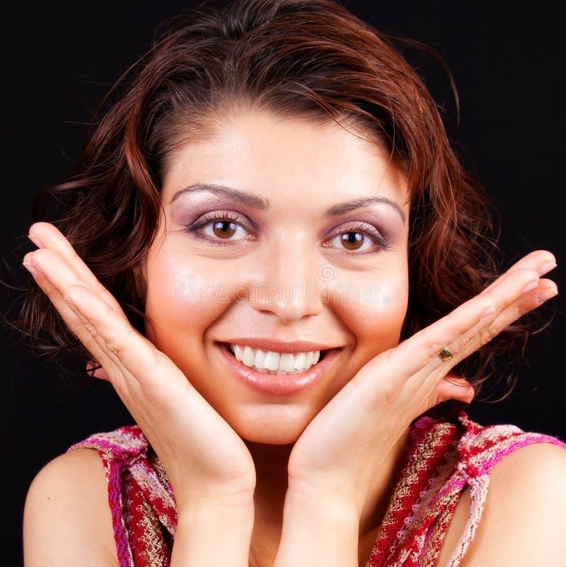 Mujer alegre feliz con las manos en la cara imagenes de archivo