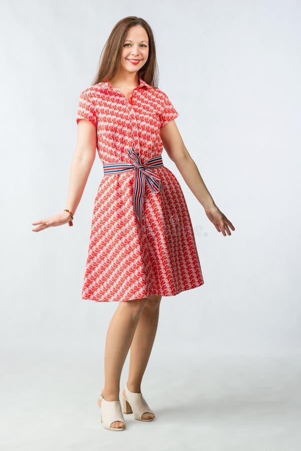 Mujer alegre joven en vestido rojo en estudio fotografía de archivo libre de regalías