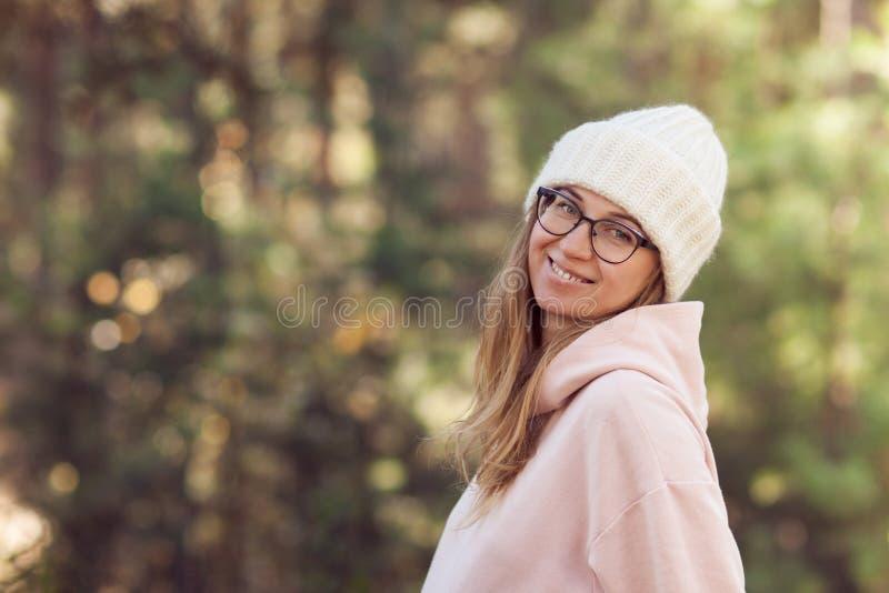 Mujer alegre joven en vidrios en el parque imagenes de archivo