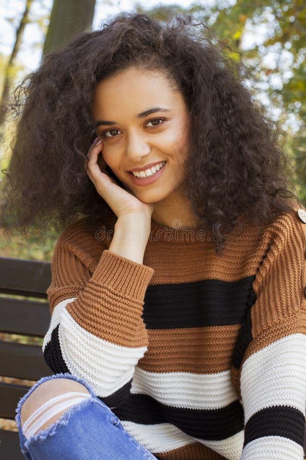 Mujer alegre joven que sonr?e a una c?mara imágenes de archivo libres de regalías